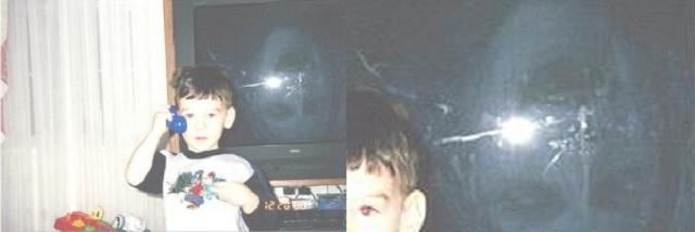 Garçon debout à côté du spectre fantôme à la télévision