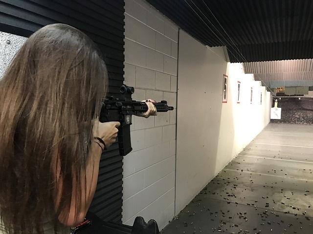 Fille au tir au canon