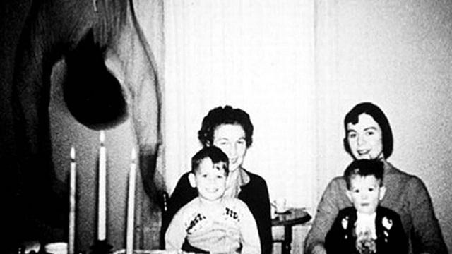 Photo de fantôme suspendue de la famille Cooper