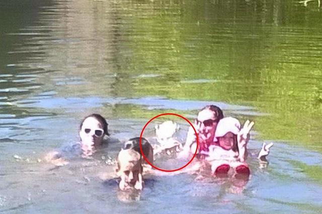 Une fille fantôme rejoint la famille pour une baignade